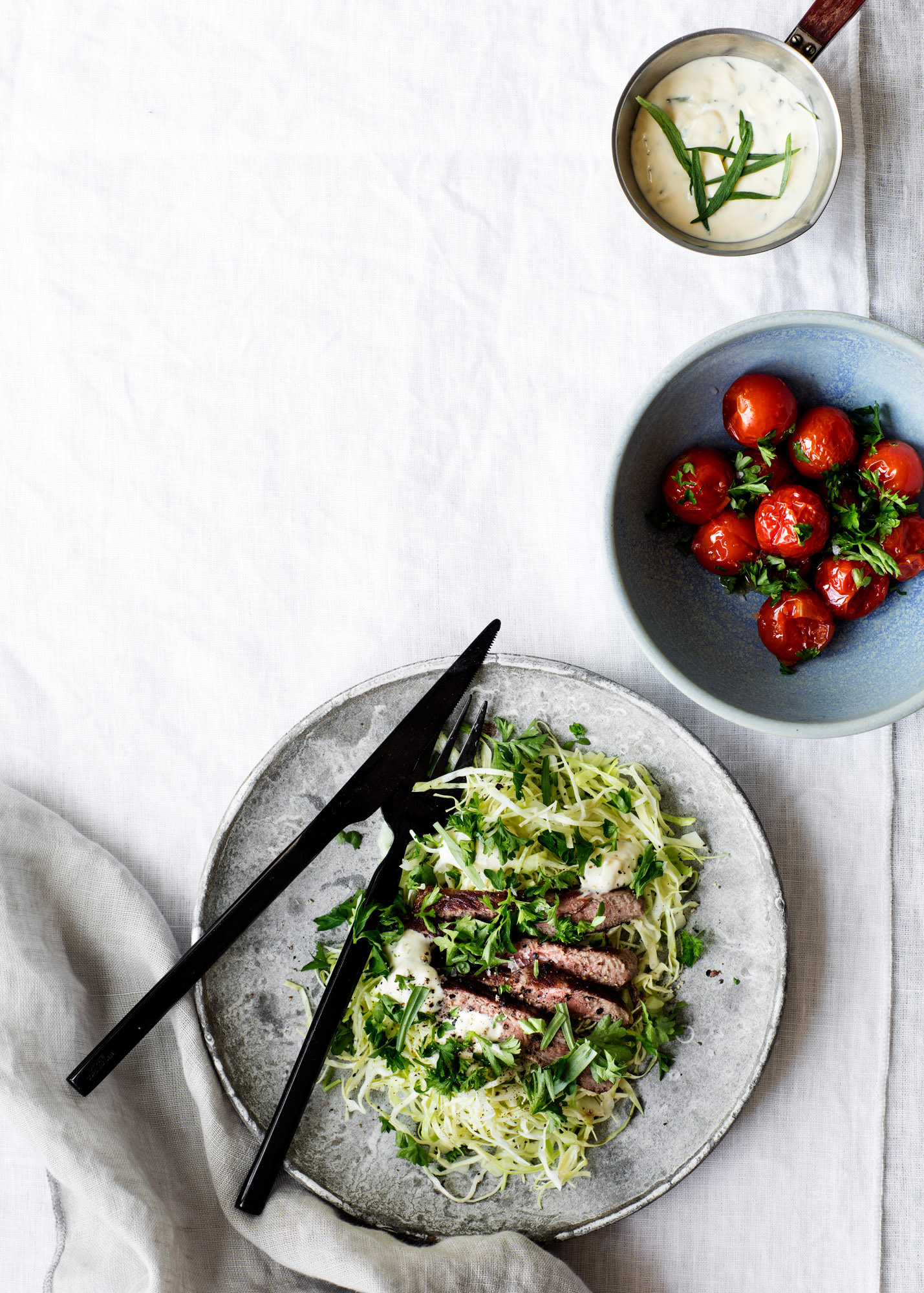 Sporty Beef Béarnaise with Cabbage and Baked Tomatoes